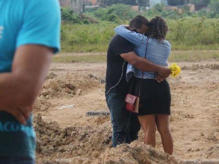 Coronavírus: 29/05/2020 - Casal durante enterro no cemitério Parque Nazaré, em Belém (PA) Imagem: Bruno Cruz/Futura Press/Estadão Conteúdo