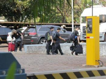 Movimentação em frente ao Polícia Federa durante a Operação (Foto: Kísie Ainoã)