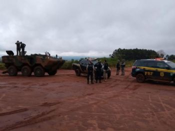 Policiais federais durante blitz da operação na região de Ponta Porã - Foto: Divulgação