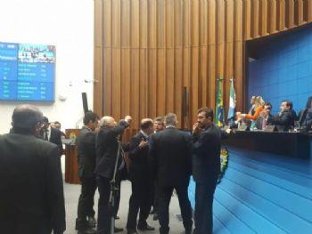Deputados estaduais em discussão sobre projeto do governo. (Foto: Renata Volpe/Jornal Midiamax).