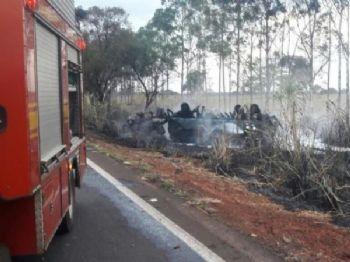 Caminhão-tanque ficou completamente destruído após pegar fogo (Foto: Graziella Almeida)