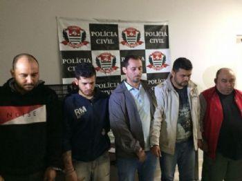 Bando preso com a maconha em sacos de adubo; guarda municipal de MS seria o do meio (Foto: Assessoria/ Polícia SP)