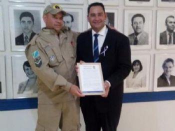 Militar recebendo a homenagem na câmara de vereadores do município. (Foto: Dourados News)