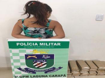 Foto: PM /  Jovem presa com drogas no centro de Laguna Carapã