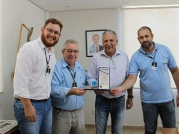 Diego Abud, Santo Rossetto e Galdino Vieira fazem homenagem a Luiz Rocha(Foto: Neiba Otta)