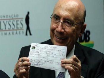 O  ministro  da  Fazenda,  Henrique  Meirelles,  mostra  sua  ficha  de  filiação  ao  MDB   José  Cruz/Agência  Brasil