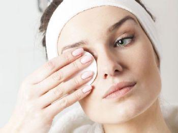 BELEZA & ESTÉTICA Pele limpa! 5 passos para remover a maquiagem corretamente 13 março 2020 - 10h32Por MARIE CLAIRE / G1  Com um algodão levemente úmido, faça movimentos de cima para baixo dos cílios para remover a maquiagem (Foto: Thinkstock)