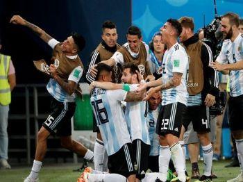 Lionel Messi e companheiros, da Argentina, comemoram o segundo gol da equipe - Jorge Silva/Reuters/Direitos reservados
