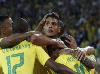 Thiago Silva é abraçado por companheiros em segundo gol brasileiro contra a Sérvia (Grigory Dukor/Reuters)