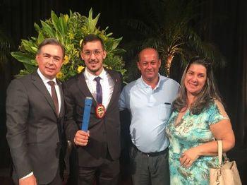 Dr Carlos Videira Secretário de Segurança do Estado, com Erasmo e seus pais Maria, Gerson Fotos: Denilson Secreta