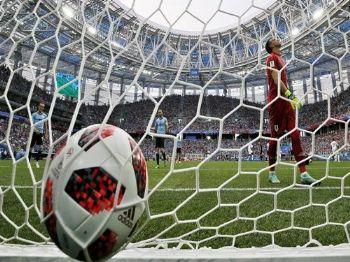 O goleiro uruguaio Fernando Muslera após falhar em pegar ataque de Griezmann. (FRANCK ROBICHON EFE)