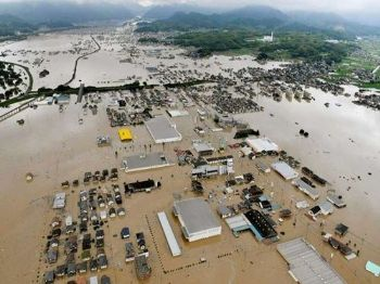 Casa submersas em Kurashiki. Foto: Shingo Nishizume / Kyodo News / via AP Photo)
