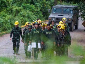 Soldados tailandeses saem da caverna de Tham Luang (Tailândia) nesta segunda-feira YE AUNG THU AFP