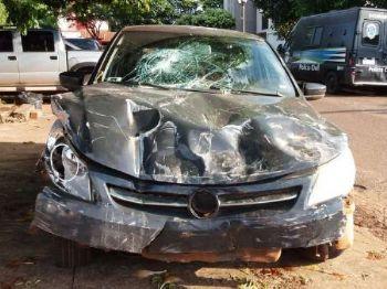 Frente do carro ficou destruído - Foto: Foto: Oswaldo Duarte / Dourados News