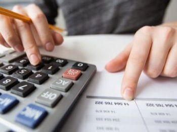 Fazer planilhas de gastos e organizar as contas ajudam na hora de melhorar saúde financeira - Foto: Divulgação