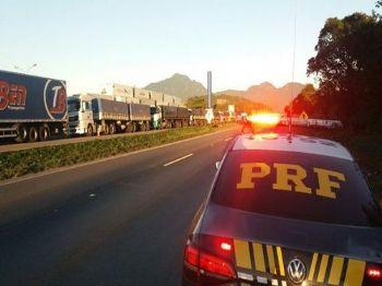 Fila de caminhões bloqueando uma das duas faixas da pista sentido São Paulo da BR-116, em Quatro Barras (PR) - Direito reservados/Polícia Rodoviária Federal