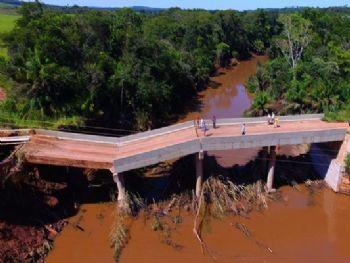 Um dos blocos da ponte se deslocou e deixou a passagem interditada - Foto: Chico Ribeiro/Governo do Estado