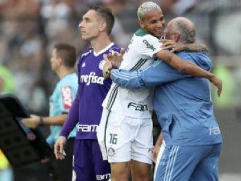 O atacante Deyverson comemora com Luiz Felipe Scolari o gol da vitória sobre o Vasco em São Januário que garantiu o título do Campeonato Brasileiro ao Palmeiras - 25/11/2018 (Ricardo Moraes/Reuters)