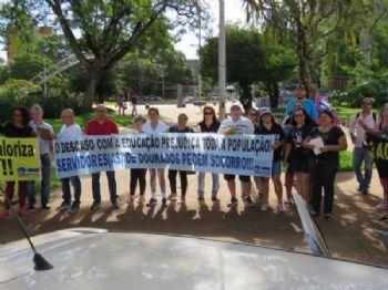 Educadores manifestaram críticas contra a administração municipal em ato no centro da cidade (Foto: Divulgação/Simted)