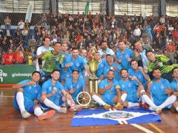 Jogadores comemoram com os torcedores ao fundo (foto: Hélio Lima/A Bola Rolou)