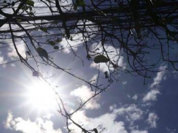 Céu sobre a Capital mostra sol entre poucas nuvens na tarde desta segunda-feira; Inmet alerta sobre baixa umidade do ar nesta tarde. (Foto: Kísie Ainoã)
