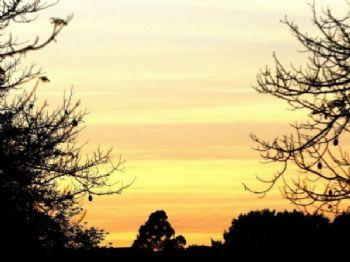 Dia amanhecendo na capital sul-mato-grossense com muitas nuvens no céu (Foto: Saul Schramm)
