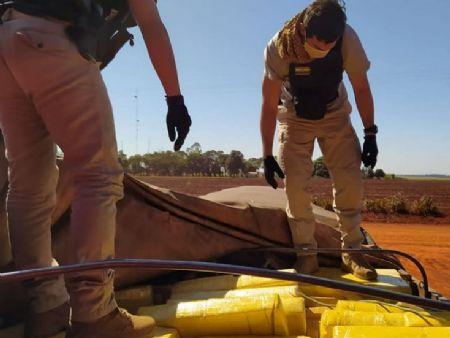 Policiais paraguaios averiguam droga apreendida no sábado, em Alto Paraná. Foto: Senad