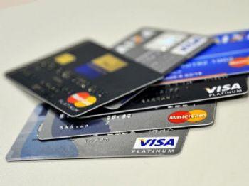 Em abril, taxa de juros do rotativo não regular do cartão de crédito era de 396,9% ao ano e a do regular, 238,7%, segundo o Banco Central    (Marcello Casal jr/Agência Brasil)