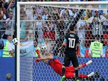 Copa 2018: Argentina e Islândia. Hannes Por Halldorsson, da Islândia, defende pênalti batido pelo argentino Lionel Messi. /Albert Gea/Reuters/Direitos reservados