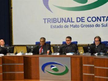 Legenda: Conselheiros relatando seus votos em sessão ordinária.