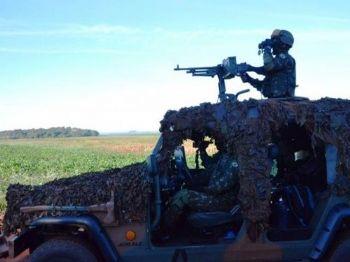 Em carro de combate, homens do Exército observam estrada no município de Laguna Carapã (Foto: Divulgação)