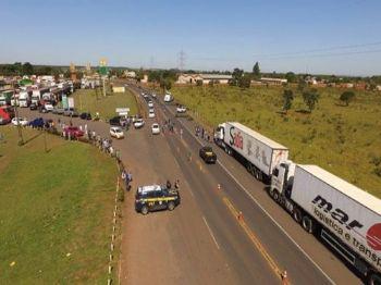 Bloqueio nas rodovias continua nesta quarta-feira e caminhoneiros pedem adesão da sociedade. (Foto: Marcos Ermínio)
