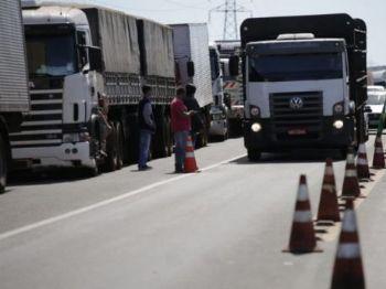 Caminhoneiros mantém paralisação e devem bloquear mais estradas nesta quinta-feira (24). (Foto: Marcos Ermínio)