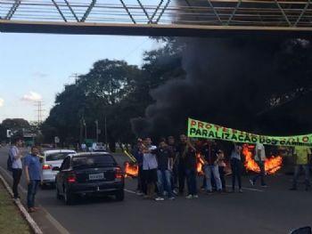 Em apoio à paralisação dos caminhoneiros, feirantes queimam pneus para bloquar a via Epia Norte (Fabio Rodrigues Pozzebom/Agência Brasil)