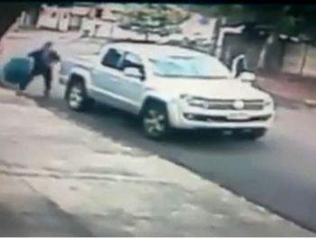 Homem para o veículo e tranquilamente furta o objeto - Foto: Divulgação