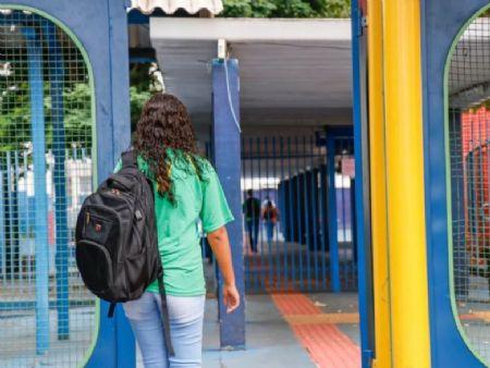 Aluna chegando à escola estadual Joaquim Murtinho no Centro de Campo Grande. (Foto: Henrique Kawaminami)