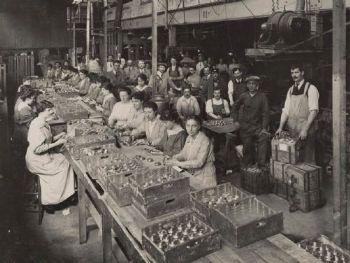Mulheres trabalham na linha de produção da fábrica de armamentos Brewery Road Works, em 1916, na Inglaterra — Foto: Reuters/Archive of Modern Conflict London