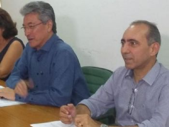 Hashioka (à esquerda), ao lado do adjunto Édio Viegas, afirma que medidas são resultado do aumento de gastos com pessoal em 2018. (Foto: Mayara Bueno)