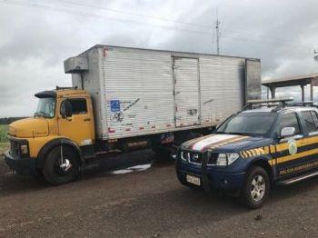 Viatura da PRF ao lado de caminhão baú apreendido com maconha e skunk (Foto: Assessoria de Comunicação/ PRF)