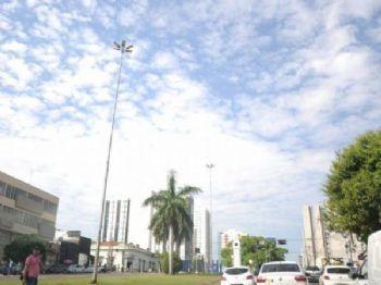 Céu claro com nuvens na tarde desta sexta-feira (31) na avenida Afonso Pena em Campo Grande (Foto: Paulo Francis)