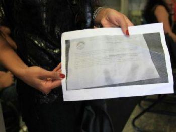 Candidata mostra conteúdo de prova aplicada neste fim de semana (Foto: Marina Pacheco)