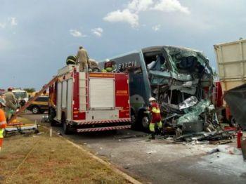 Ônibus bateu na traseira do caminhão - Foto: Álvaro Rezende / Correio do Estado