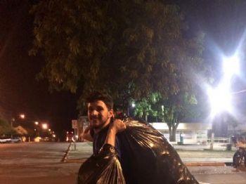 Estudante de educação física catando latinhas para comprar notebook, em Corumbá (MS). — Foto: Facebook/Reprodução
