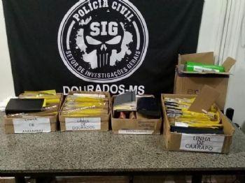 Caixas com documentos e cartões de banco apreendidos em empresa de cesta básica em Dourados (Foto: Adilson Domingos)