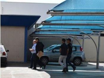 Momento em que Idenor Machado chega na Câmara acomanhado de policiais. Foto: Gizele Almeida/Dourados News