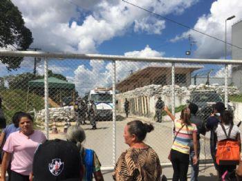 Familiares se aglomeraram em frente a um dos portões do Compaj (Foto: Francisco Rodrigues/Divulgação)