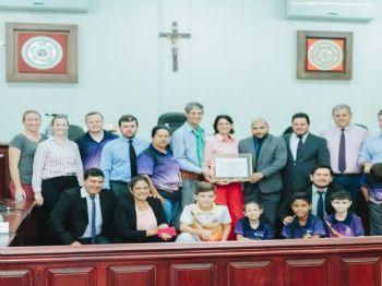 Alex junto com demais vereadores entregando a Moção de Aplausos e Congratulações para patronagem, crianças e adolescentes do CTG Recando da Laguna. Foto: Assessoria