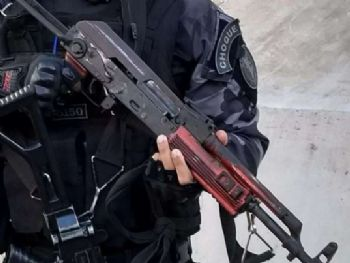 Fuzil apreendido durante operação na comunidade da Rocinha neste sábado - Divulgação