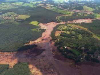 (25 jan) Vista aérea da área afetada pelo rompimento da barragem - Bombeiros de Minas Gerais/AFP