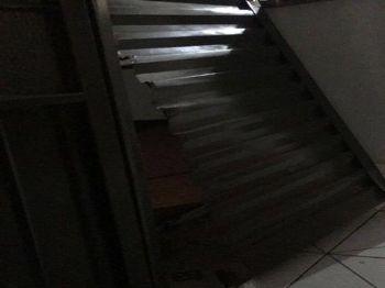A porta dos fundos da loja, que foi arrombada. Foto: Divulgação da rede social.